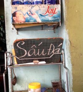 ここは美味しい「Sau Da」を出してくれる路上店。さりげなくおいてある手書き看板