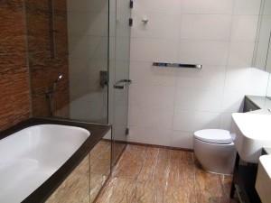 サブベッドルームのバスルーム「4ベッドルームで3バスルームです」