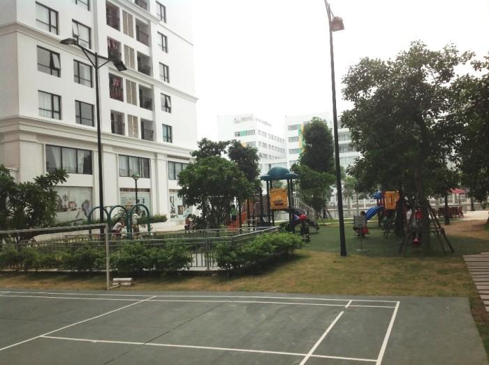 テニスコートの向こうはやはり公園です