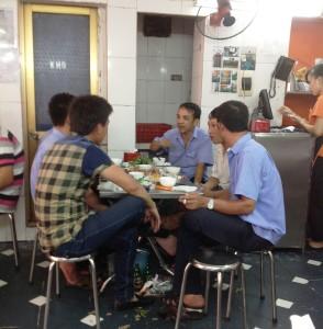 いつもベトナムの方々はこんな美味しいローカル店で楽しくご飯を食べているんですね