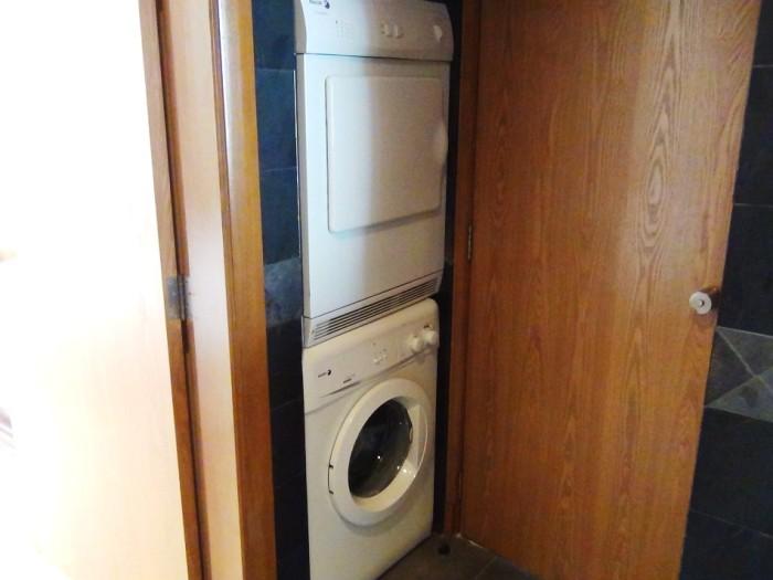 室内には必ず洗濯機と乾燥機がセパレートで設置されています