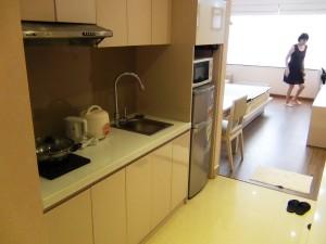 玄関入ってキッチンとその向こうの居室とは、床がタイルとフローリングで違いのメリハリを付けています