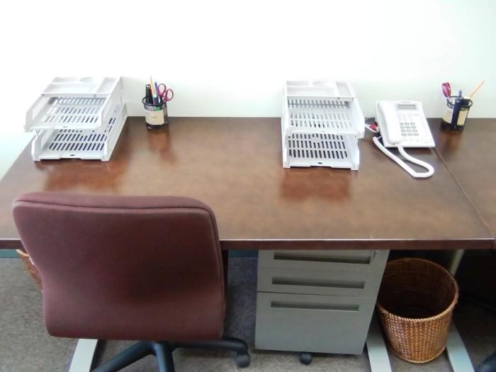 一人に机イス、サイドキャビネット、ゴミ箱、文房具、電話は標準でセットしてくれます。もちろんインターネットはWIFIです