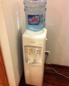 ベトナムでは必需品のWaterサーバー「上の飲み水タンクは19Lで300円くらいです」