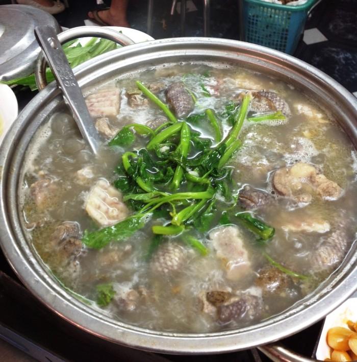 アヒル肉のお鍋に空心菜や麵などを入れて食べます