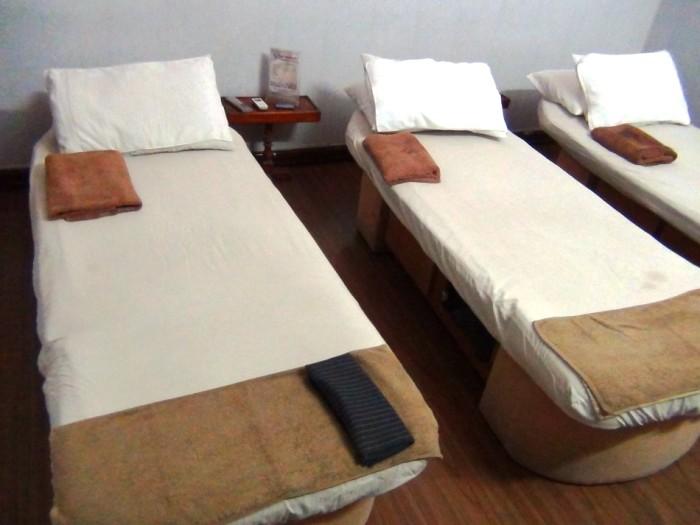 綺麗に整頓されたマッサージ台「他人の髪の毛臭などにおわない気持ちの良いベッドです」