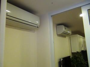 ベッドルームとリビングに一つずつ冷暖房完備のエアコンがあります