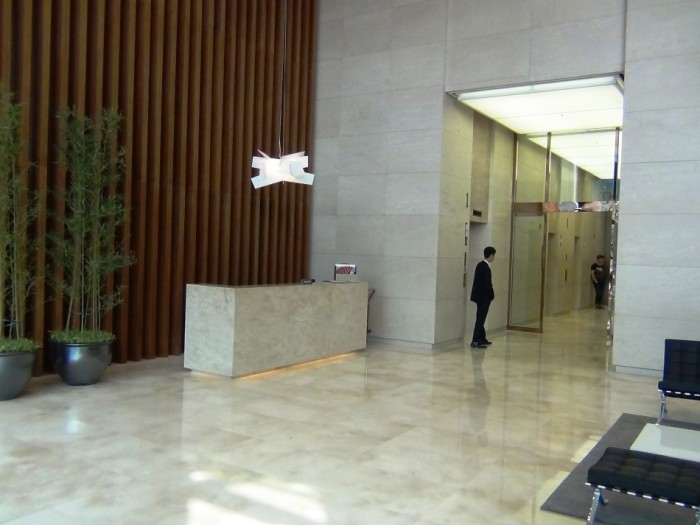 「LOTTE CENTER HANOI」アパート棟の受付エントランスの風景