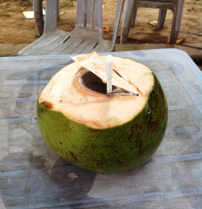 うっすら甘くてさっぱり味の天然椰子の実ジュース「どの道端でも売っています」
