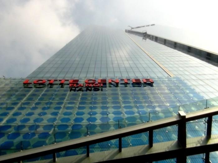 最上階付近は霞んでしまうほどの高層ビルです