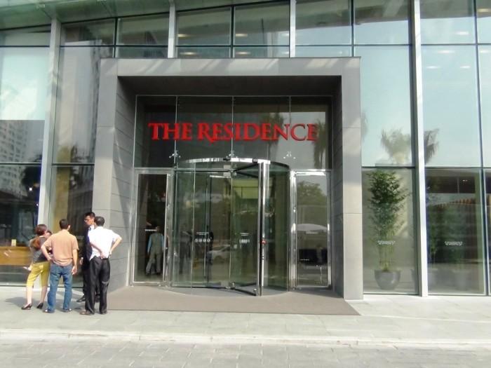 「The Residence」がアパート棟入り口の目印です