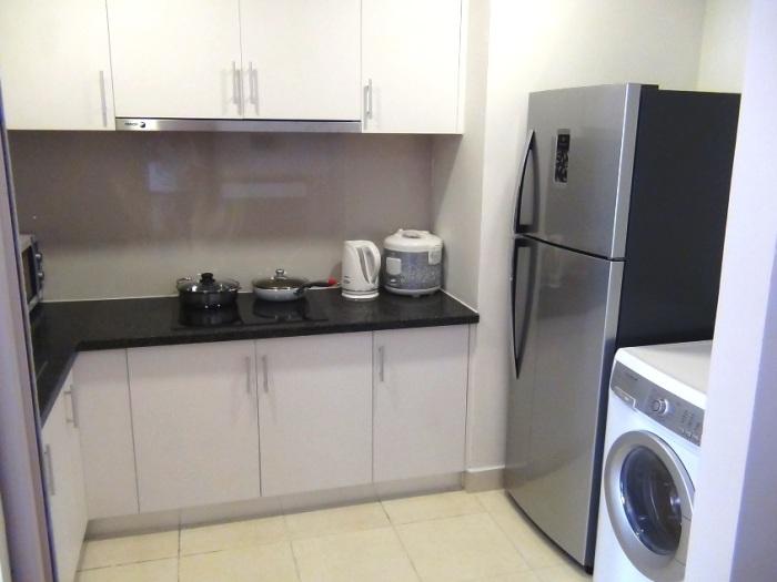 使いやすいL字型キッチン「大きめの冷蔵庫と乾燥機能付き洗濯機が標準装備です」