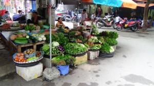 近くには生鮮食品や野菜がたくさん売られています