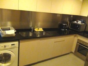 Close型のキッチン「乾燥機能付き洗濯機、ビルトインオーブンは標準装備です」