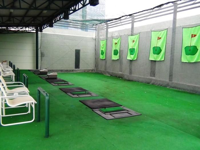 ゴルフの練習場「直ぐ隣にはパターの練習スペースも併設されています」