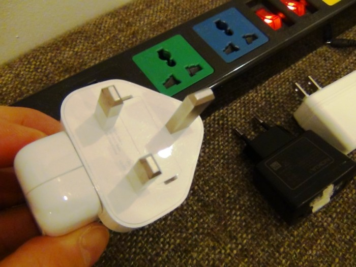 私のiPadの電気コードです。通常オフィスやアパートに標準で据えられている電源コンセントの口には合いません