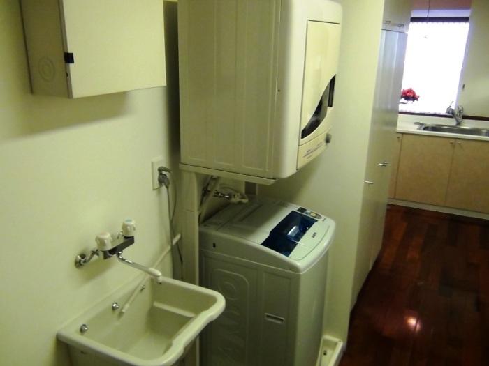 必ず洗濯機と乾燥機はセパレート。また汚れもの洗いの為の洗い場まで用意されています