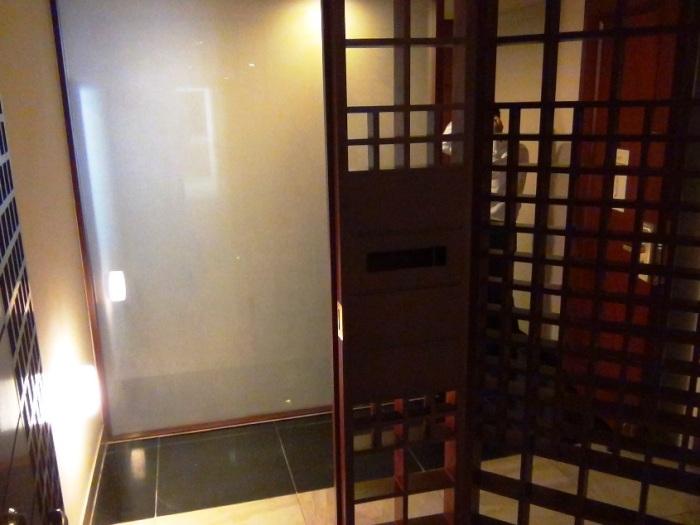 入り口は日本のポーチを思い出させる二重玄関です