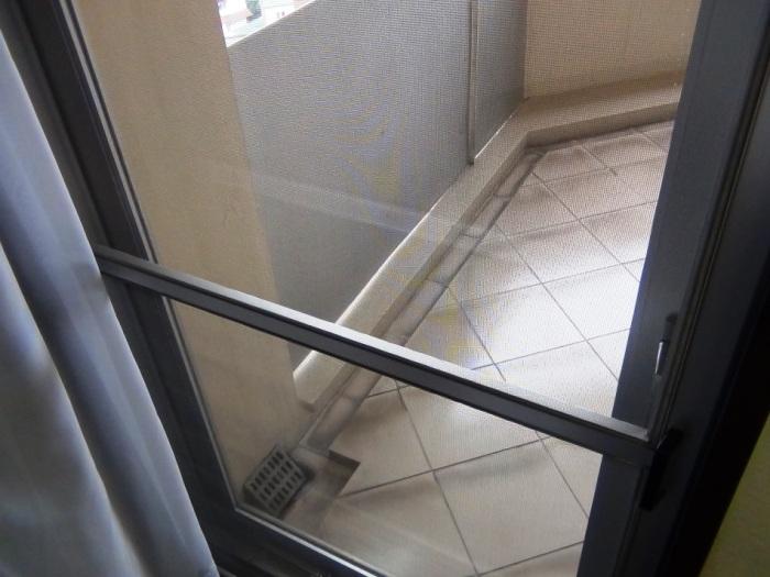 ベランダに通じる扉には網戸がついています