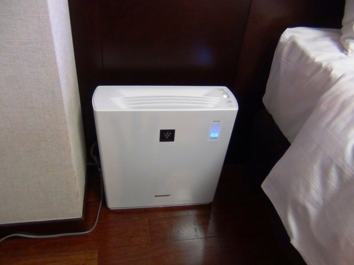 シャープの「プラズマクラスタ」の空気清浄機が標準装備です