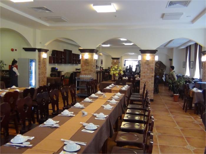 Restaurant「NGU VIEN」の店内風景「日本食レストランよりも安く口に合えば毎日通える食堂になると思います」
