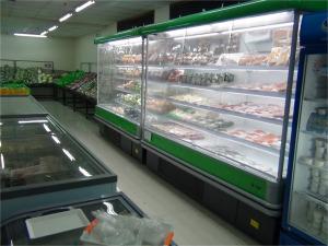 地下にあるスーパーマーケット「野菜、果物から納豆、冷凍うどんなど品数豊富です」