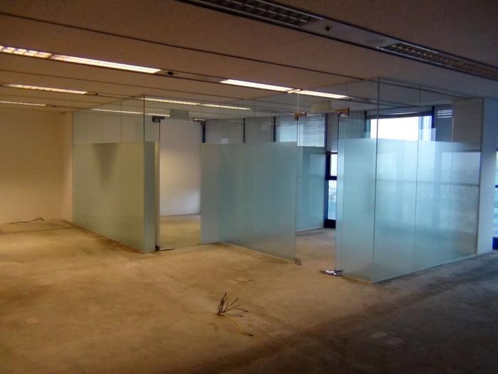 元のテナントが残していったガラスのパーテーションも利用したい場合は交渉できます
