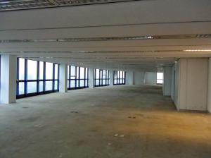 コンクリートの打ちっ放しのスケルトンスペース「1フロアそのままの広いスペースが確保できます」