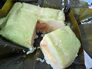 バインチュン(bánh chưng)「餅米をぎゅっと圧縮して作るので少し食べてのお腹がいっぱいになります」