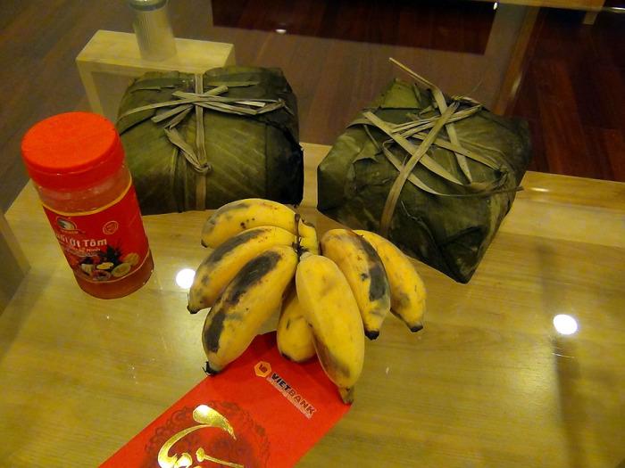 Hongちゃんのお母さん自家製のバインチュン(banh cyung)とお供え用のバナナ(Chuoy)それにお年玉までいただきました