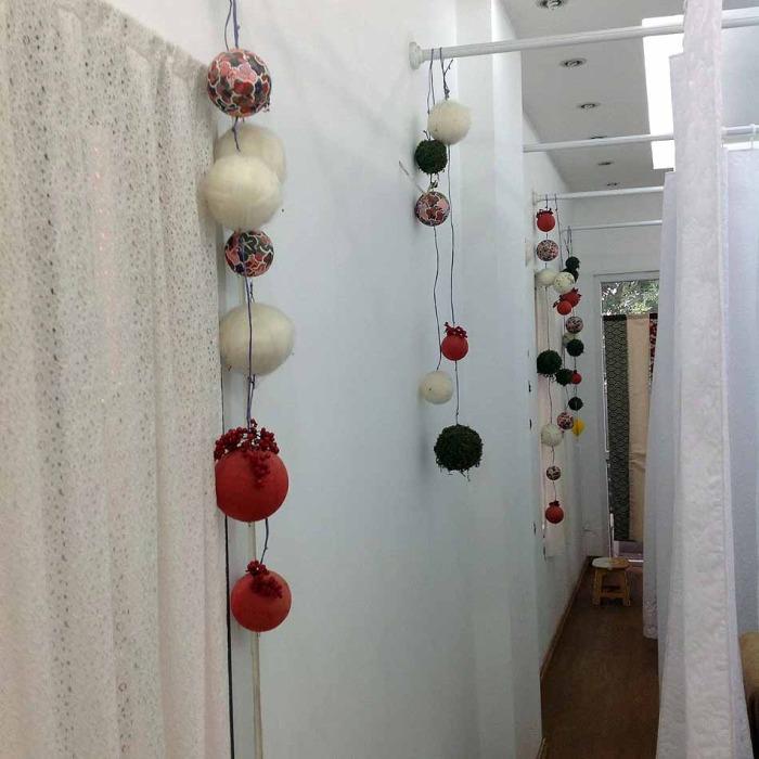 一つずつカーテンで仕切られた施術台。敷居の高さを一切感じさせない店内装飾です