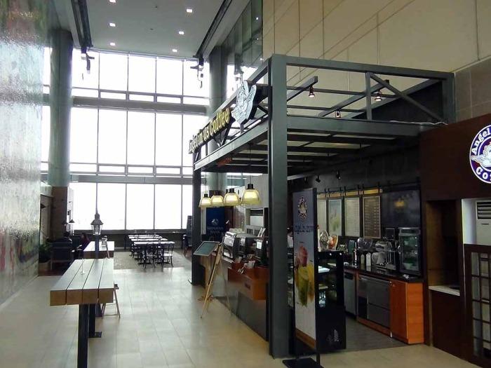 オフィスフロアの共用スペース。韓国系のCafeが営業しています