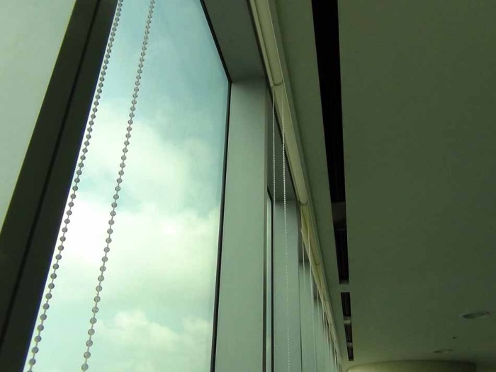 窓際にあるロールカーテンと暑さ対策の冷房口が標準装備です