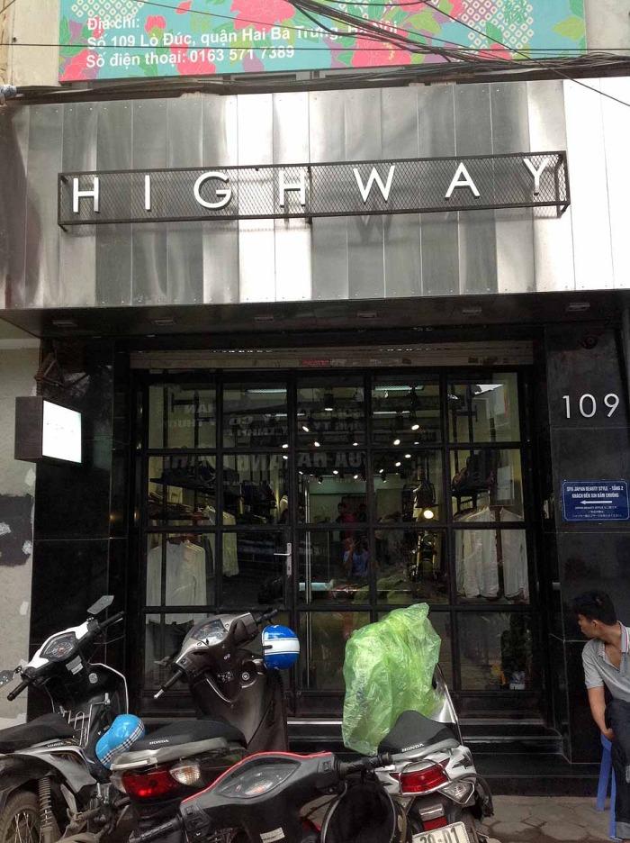 紳士服店「HIGHWAY」が目印です