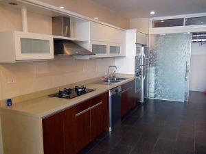 I型キッチンの横には洗濯物を干す吹き抜けスペースがあります