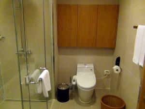 トイレはシャワーブースとバスタブとは完全セパレートになっています