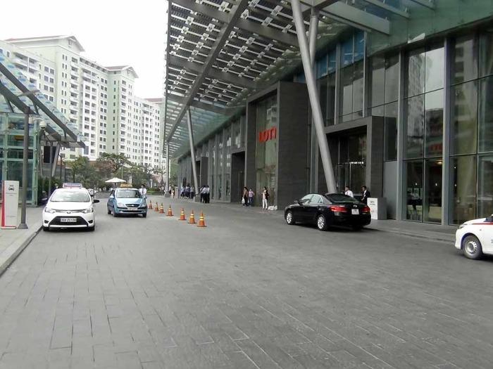 LOTTE CENTER HANOI1階エントランス前の駐車スペース