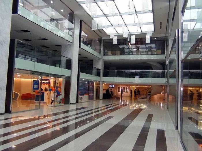 エントランスホールは天井が高く気持の良い空間です