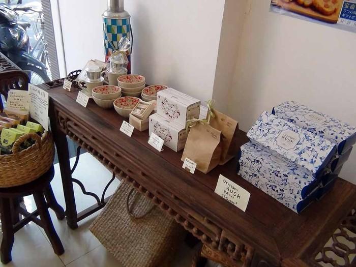 バッチャン焼のオリジナル茶碗も売られています