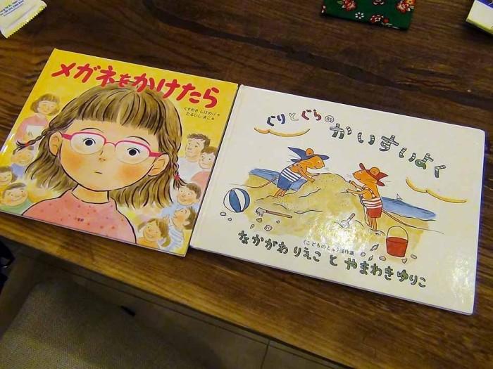 日本で有名な絵本をベトナム後に翻訳されたものが置いてあります