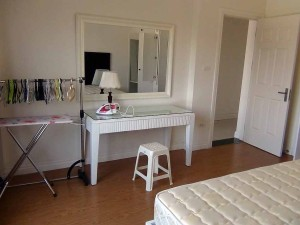 鏡台が有っても広々としたスペースは確保されているベッドルームです