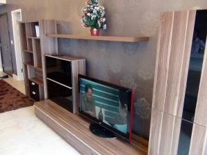 壁面のクロスに合わせた色調のテレビ台です