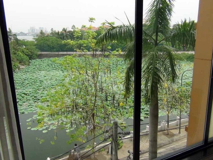 窓の下はタイ湖ののどかな風景が広がります