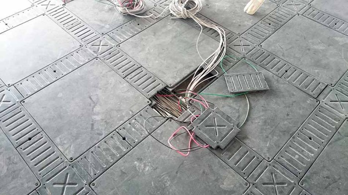 自由自在に配線の出口を決める事ができるのでOA機器の配置がやりやすいです