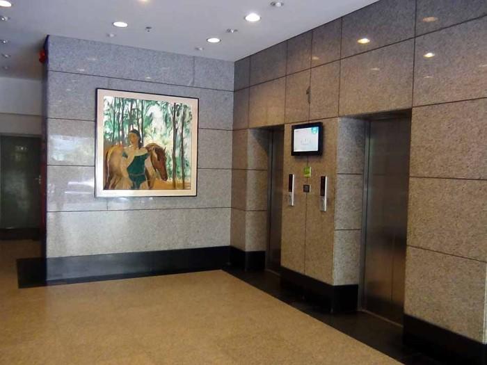 エレベーター2基が待機するエントランス