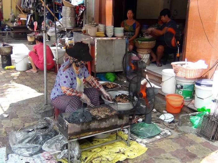 マスクをしながら豚肉を焼く名物Tongおばさんが目印です