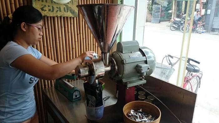 ダラット産のオーガニックコーヒーを碾いてくれます