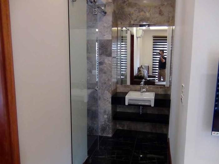 洗面とバスルームが広々としたスペースを確保