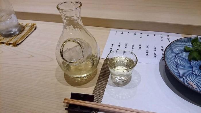 美味しい日本酒は氷で冷やしますが、「昇楽」は氷の冷たさだけを伝えるガラスの徳利を使います