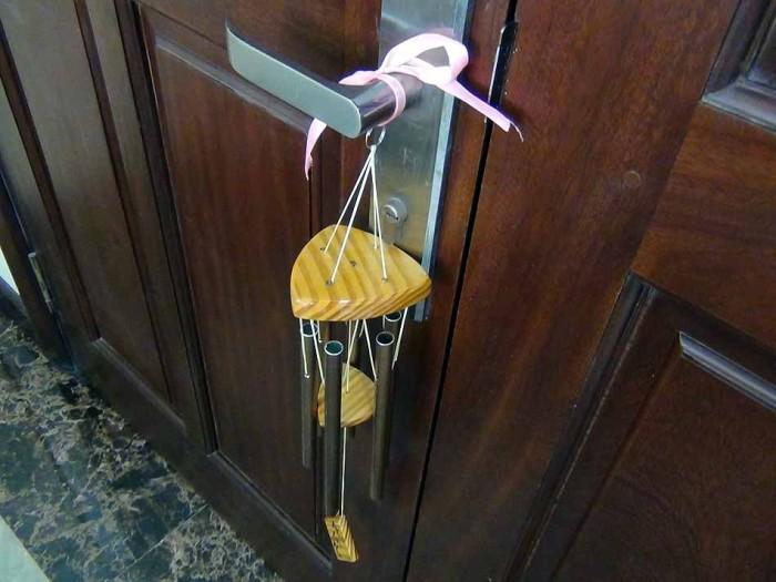 ドアの開閉に合わせて静かに鳴るベル「これはオーナーさんの優しい気配りです」